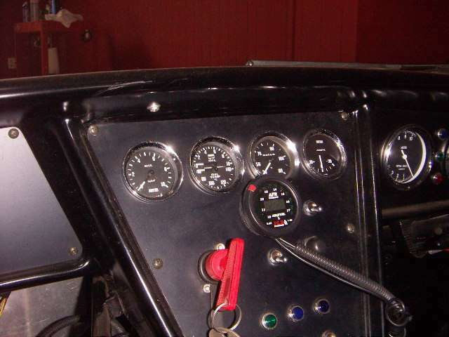 インストルメントパネル。電流計、油圧・油温計、燃圧計、空燃比計。燃料ラインのレギュレータで燃圧を調整可能。