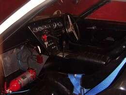 コックピット。シートは運転手の体型に合わせてあります。4点フルハーネス付き