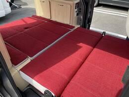 座席を回転させて頂く事でフルフラットのベッドタイプになり、2人就寝が可能です!