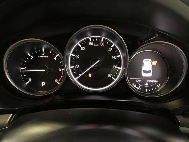 走行中はスピードだけでなく、メンテナンス状況や燃費を確認しながら運転できます。