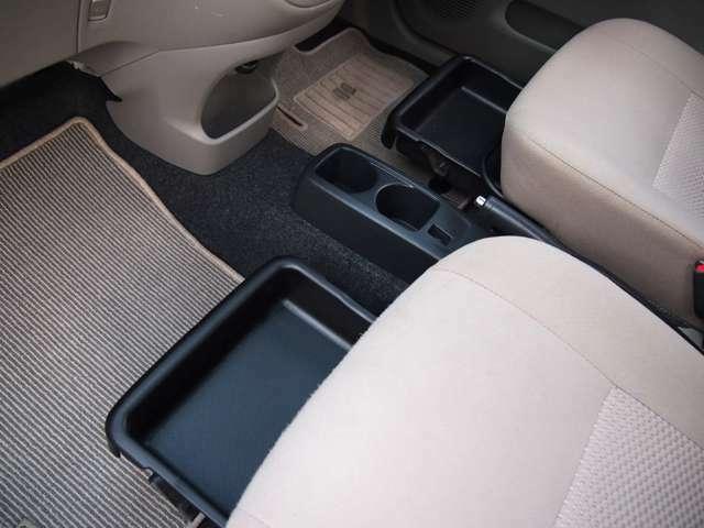 フロントシート下部には小物入れが♪