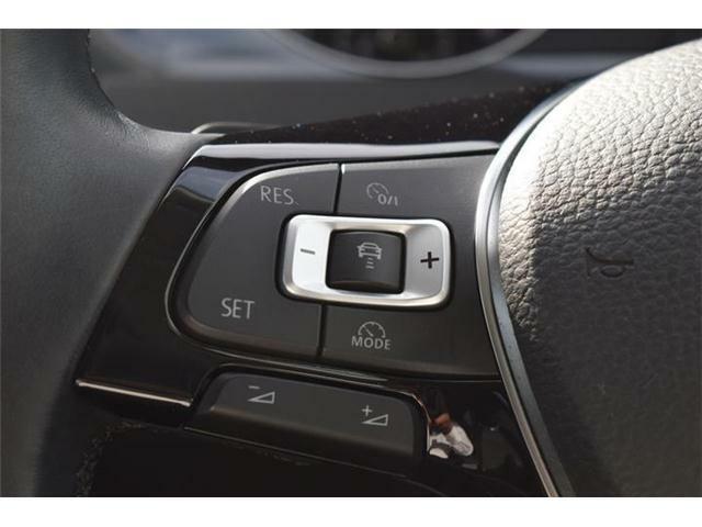 ACC搭載。あらかじめ設定されたスピードを上限に自動で加減速を行い、一定の車間距離を維持することで、ドライバーの疲労を低減させます。渋滞などの低速度域でも作動し、先行車が停止するまでの範囲で制御可能。