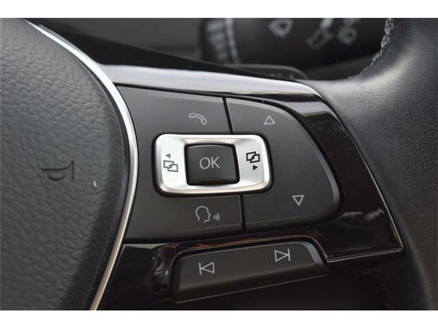 レーンキープアシスト搭載。ドライバーの意図しない車線の逸脱を検知するとステアリング補正を行いドライバーに警告します。アダプティブクルーズコントロールに加え、渋滞時追従支援も搭載しています。