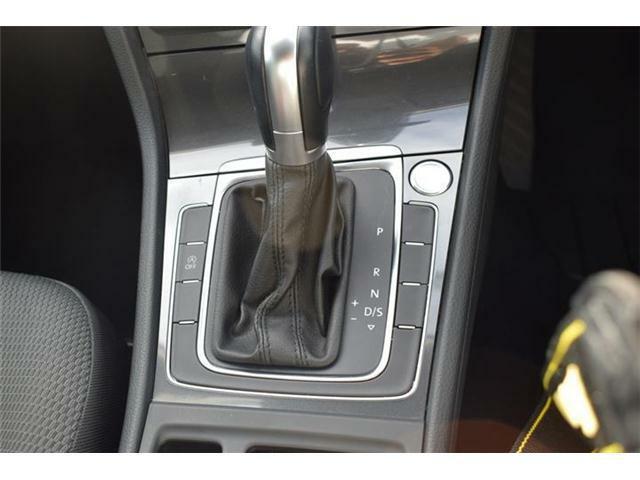 エンジンスタートボタン搭載。オートホールド、エレクトロニックパーキングブレーキ搭載。マニュアルモード付7速DSGトランスミッションAT車。アイドリングストップ搭載。