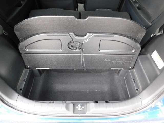トランクフロアパネルをめくれば、床下収納が♪背の高い荷物だって大丈夫です!