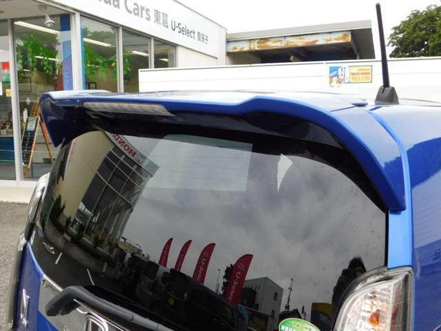 人気のカスタム!テールゲートすポーラーがカッコイイ!!リアガラスはプライバシーガラスで外からの視線から車内を見えにくくしています!気になるお車がございましたら、スグにお問合せください!