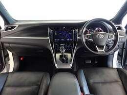 革巻きステアリングで、快適な操作性の運転席です。落ち着いたデザインでリラックスできます。