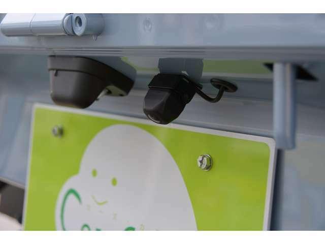 Bプラン画像:ハイゼットトラック用のナビ連動バックモニターを追加します。ガイドラインも表示され、車庫入れ楽々です。