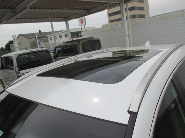 大人気サンルーフ付です!!こちらは新車時にしか付けられません!!サンルーフがあるだけで空気の流れが変わりますので開放的にドライブを楽しめますよ♪