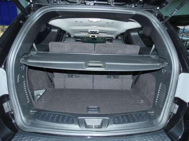 充分なカーゴスペース。 セカンド、サードシートを倒せば更に広々としたフラットなスペースが確保できます。TEL:042-799-3200