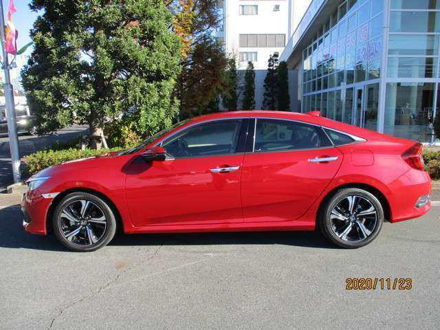 鮮やかな赤の車体がスポティーなフォルムとベストマッチ!