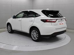 マイナーチェンジで、衝突回避支援パッケージ「Toyota Safety Sense P」を装備し、シフトレバー操作と連動して自動的に作動と解除を行える電動パーキングブレーキが装着されています。
