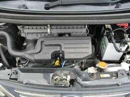 【エンジンルーム】エンジンは車の心臓部分です。このエンジンルームが汚いとトラブルの基になります。当店は専用の液剤を使って徹底的に綺麗にしているので、お友達との旅行の時も安心です!
