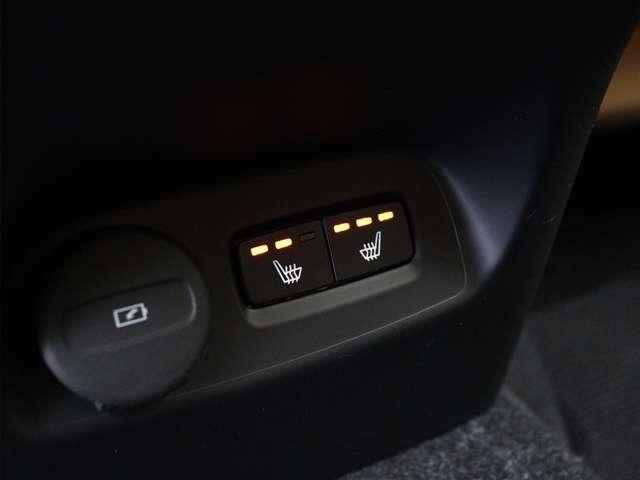 北欧スウェーデンならではのアイテム。運転席・助手席に加え後席左右へも搭載されたヒーターが冬場の始動時には大活躍。車両自体が暖まるよりもいち早く最適な温度に到達し、快適な環境を整えてくれます。