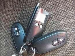 スマートキーは持っているだけで、ドアの開閉やエンジン始動ができて楽チンです^^!スペアキー、純正エンスタ完備!
