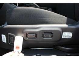 助手席の回転と昇降はシート左のスイッチかリモコンで操作します。前後のスライドと背もたれのリクライニングも電動です。前後スライドと背もたれのリクライニングのスイッチは、シートの右側にも付いています。