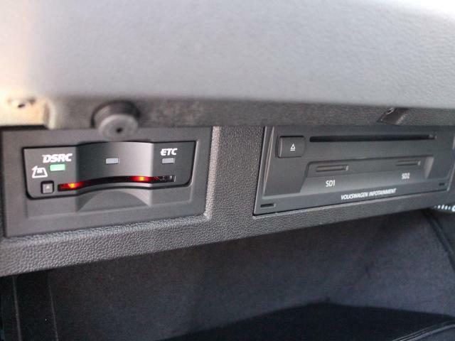 ETC2.0ユニットと合わせてCDオーディオおよびSDカードのスロットがグローブボックス内に設置されています。お気に入りの音楽ファイルを入れてドライブに出かけましょう!