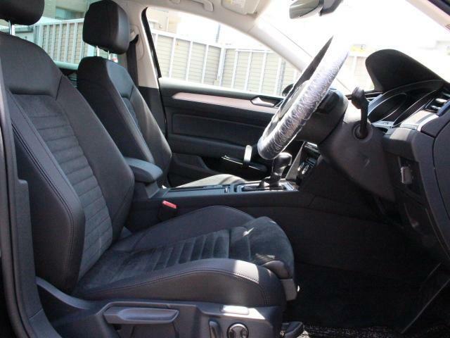 シート生地にはアルカンターラ素材を使用。フロント両席にはシートヒーターを装備、寒い日には大変嬉しいアイテムです。