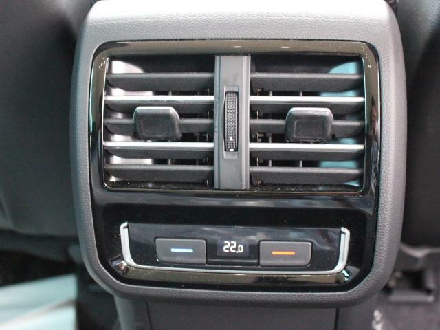 センターコンソール後部には後席用のエアコンベンチレーターを装備、温度調整も可能で、後席の方には大変うれしい装備です。