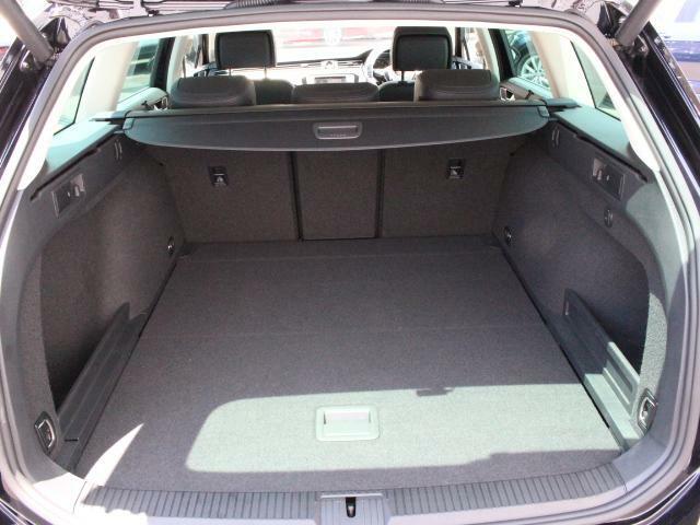 ヴァリアントのラゲージルームはとても広く、大きな荷物も搭載できます。