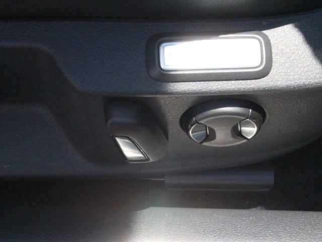 運転席シートはセミパワータイプ。リクライニングおよびランバーサポートが電動アジャスト付きです。