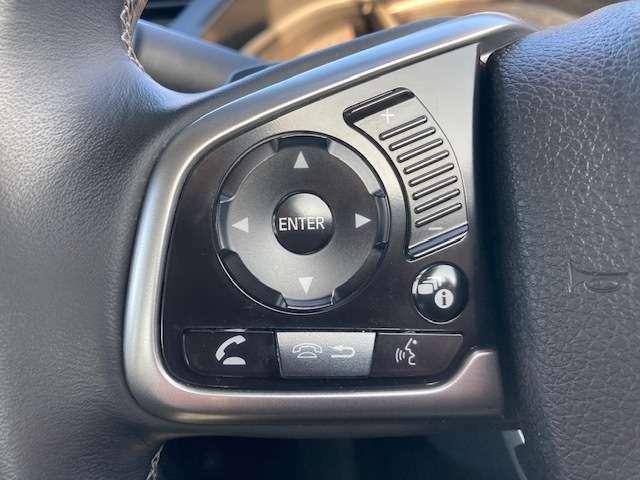 ステアリングリモコンつきです。走行中にハンドルから手を離さずに音量やチャンネルを操作できます。