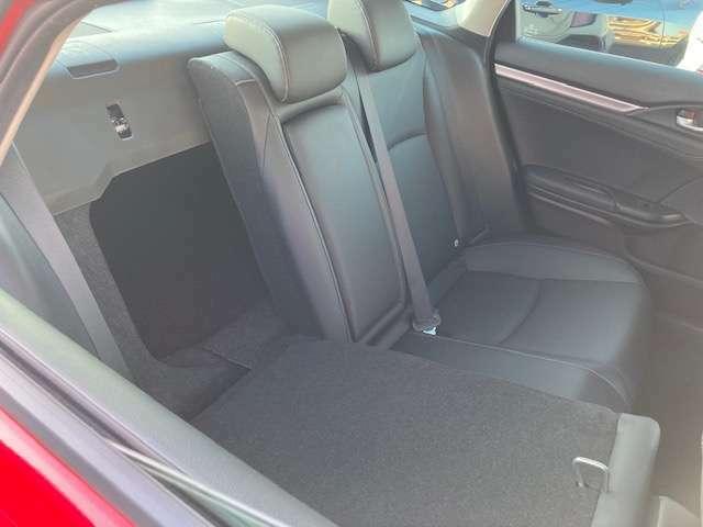 後席を倒せば長尺物も収納できます。