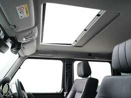 電動式のサンルーフもラグジュアリーパッケージ(472,000円)に含まれる装備。採光のみならず、開閉機能が付いているため車内換気にも。