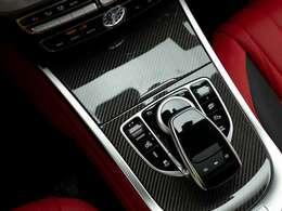 ラグジュアリー×本格オフローダーであるG63の車内にマッチしたカーボントリムは、オプションとして設定されたもの。■AMGカーボンファイバーインテリアトリム(519,000円)