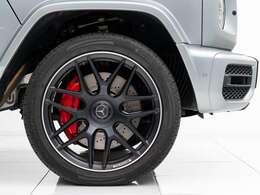 洗練された本格的なオフローダー車と呼ばれるG63の最低地上高は240mm。足元にはマットブラックの鍛造22インチAMGホイール、AMG強化ブレーキシステム採用の赤い大口径ブレーキキャリパーを装備。