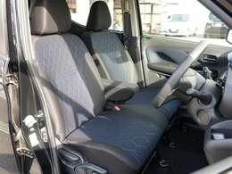 走りを感じさせるブラック基調のシート、運転席助手席は、寒い朝の強い味方、シートヒーターを装備!