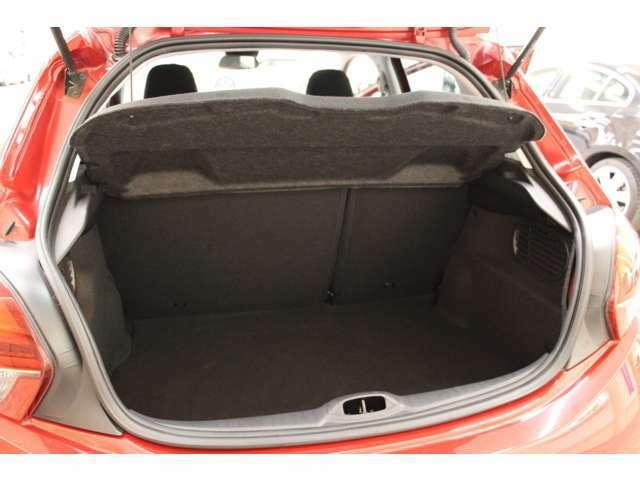 トランクにはトノカバーが装備されておりますので、荷物の目隠しが可能です。