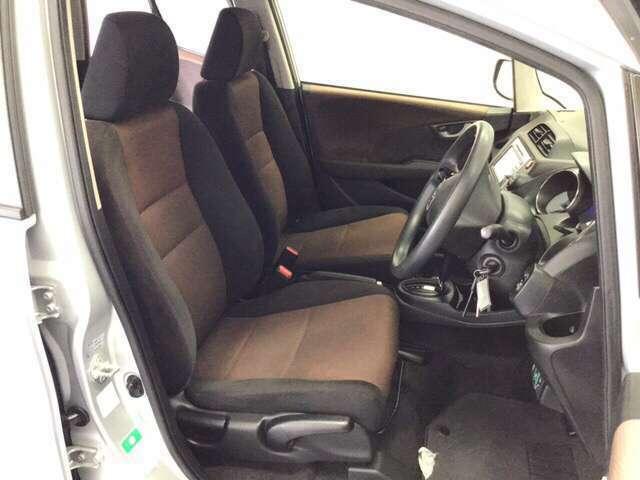 ゆったりとした運転席・助手席です。運転席はシートハイトアジャスター付で高さ調整が出来るので、色々な方のドライビングポジションに合いますね!