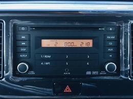 【 純正オーディオ 】AUX入力にも対応しておりますので、お持ちの携帯電話や音楽プレイヤーから音楽を楽しんで頂くことが可能です♪