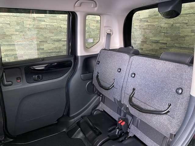 後部座席を上げる事で背の高い荷物も積むことができます。