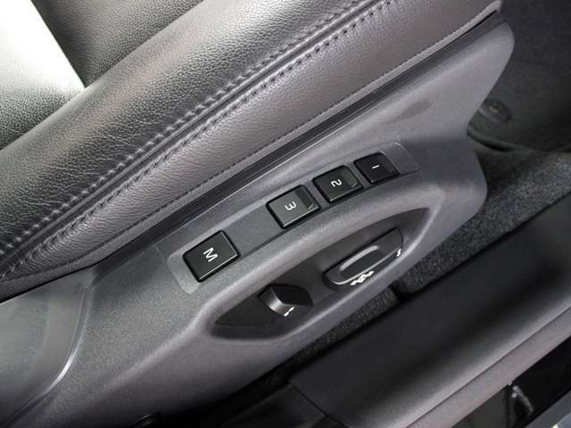 運転席はメモリ付きパワーシートです。メモリすることでいつでも同じシートポジションになりますので、ご夫婦ともに運転される場合などとても便利です。