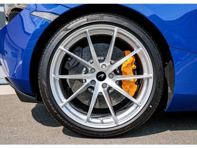 10スポーク軽量鍛造ホイール:プラチナフィニッシュスペシャルカラードブレーキキャリパー:マクラーレンオレンジ