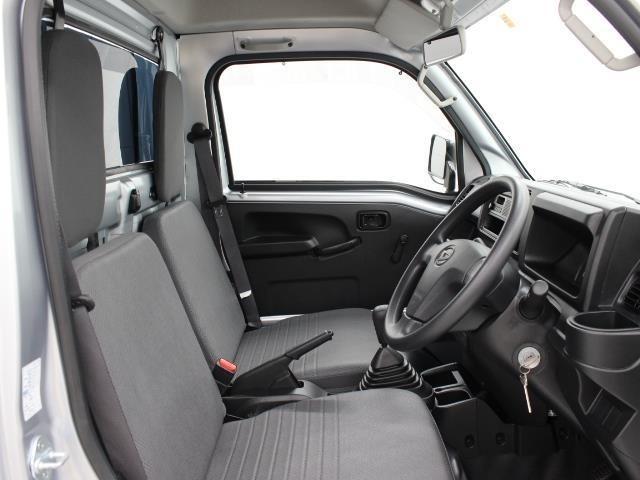 プラットフォームを刷新してドア開度を拡大したことで乗降性を高め、フロントガラスを前出ししてステアリング角度を見直し、運転席シートスライド量をアップしたことで室内空間を広く取っています。