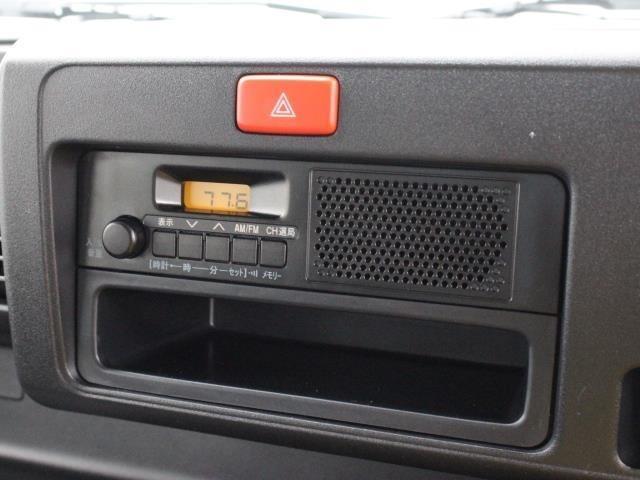 オーディオはAM/FMラジオデッキを装備しています。2DINサイズのスペースを確保しているのでオーディオ下部は収納スペースとして使えます。