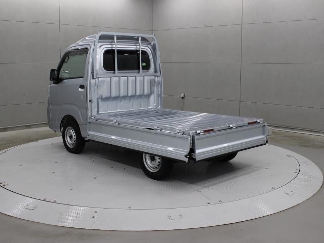 使い勝手の良い、3方開荷台を採用、荷台床面を低く設定しているので、荷物の積み降ろし作業の効率が上がります。