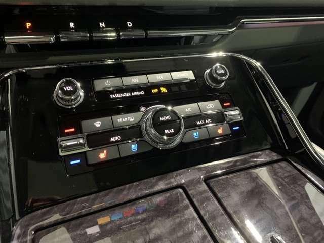 フロントシートはシートヒーター&クーラー付き。寒い冬や暑い夏も快適です。エアコンは左右独立調整機能付、リヤエアコンコントロール可能です。