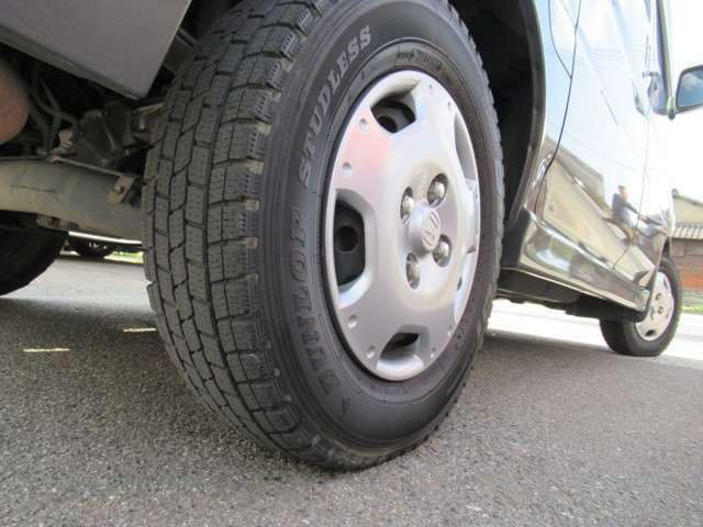 タイヤの目もしっかり有りますよ!車の基本性能の止まる部分に大事な役割をしますからね!!