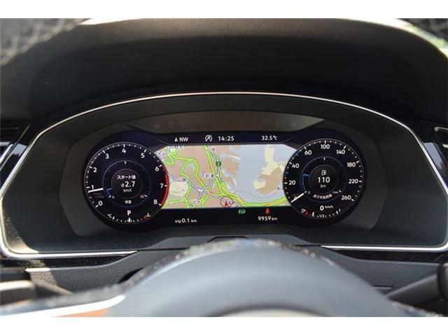 デジタルメータークラスターActive Info Display。速度メーターとタコメーターに加え、好みに合わせて数種類のモードから選択したグラフィックを表示できます。