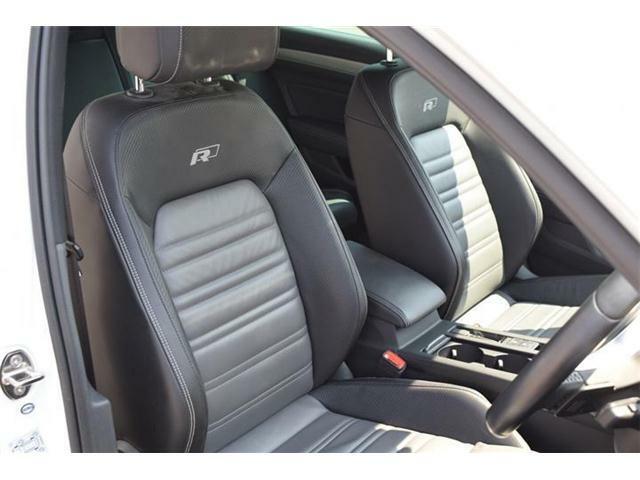 フロントシート。Rライン専用ナパレザー素材のスポーツシート。パワーシート(運転席/助手席、運転席メモリー付)、シートマッサージ機能(運転席)、シートヒーター(運転席/助手席)装備。