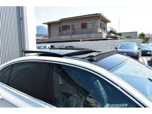 電動パノラマスライディングルーフ(UVカット機能付)装備車。