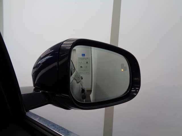 死角にいる車や急速に接近してくる車を検知すると、対応する側のドアミラーにある警告ライトで注意を促すブラインドスポットアシスト!