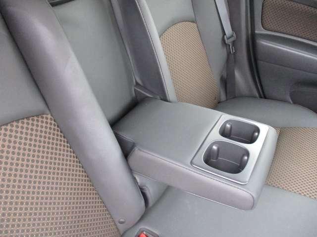 後席のセンターを倒せばドリンクホルダー付きアームレストになります。