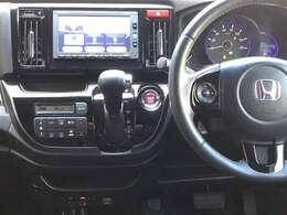 ステアリングホイール左側のオーディオリモートコントロールスイッチで、手元でオーディオを操作できるので便利です。