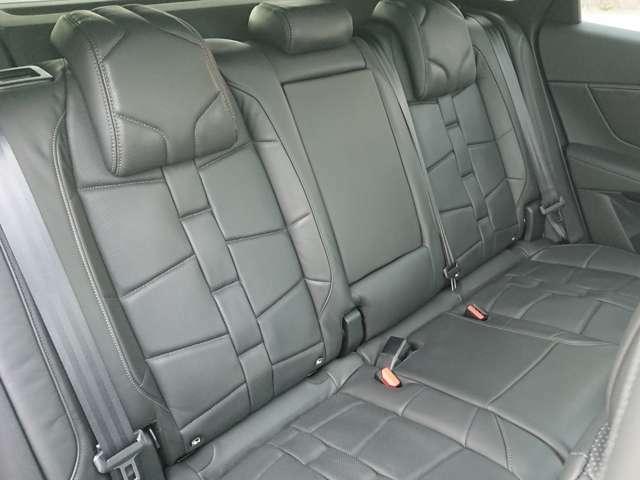 前席だけでなく後席も広いスペースが確保されております!