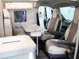 運転席、助手席が回転しますので広々としたダイネットスペースを実現!